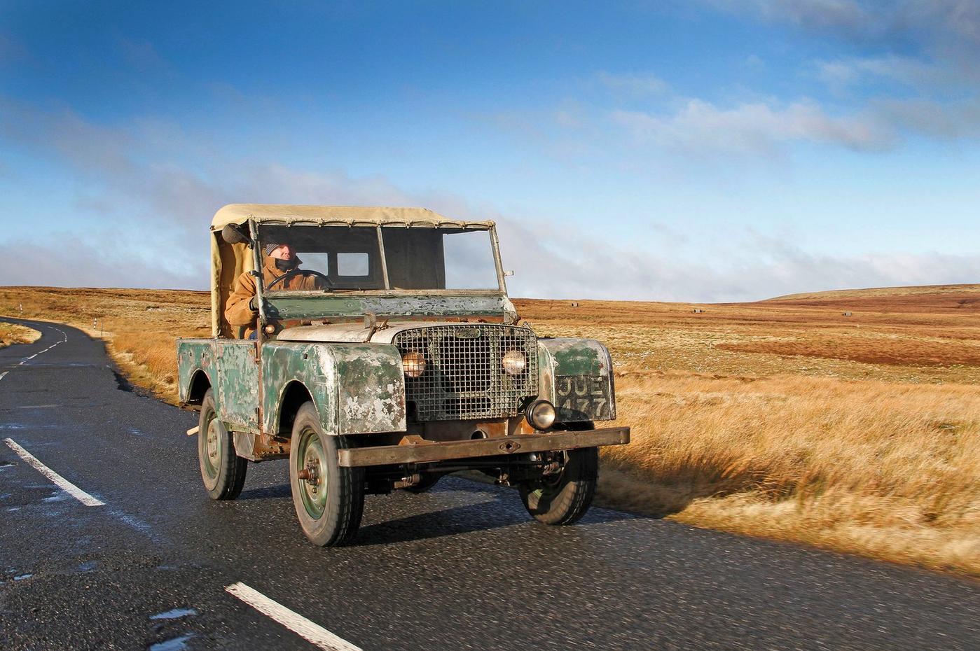 Land Rover pierwszej serii odbudowany na oryginalnych częściach. Stał w polu 50 lat